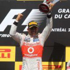 Lewis Hamilton levanta su trofeo en el GP de Canadá 2012