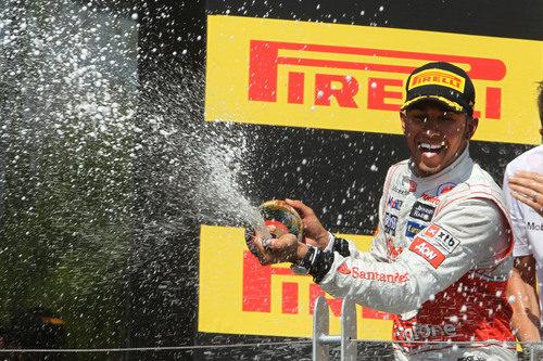 Hamilton descorcha el champán en el podio de Canadá 2012