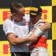 Martin Whitmarsh abraza a Lewis Hamilton en el podio de Canadá