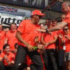 Hamilton moja a Ron Dennis en la celebración de McLaren