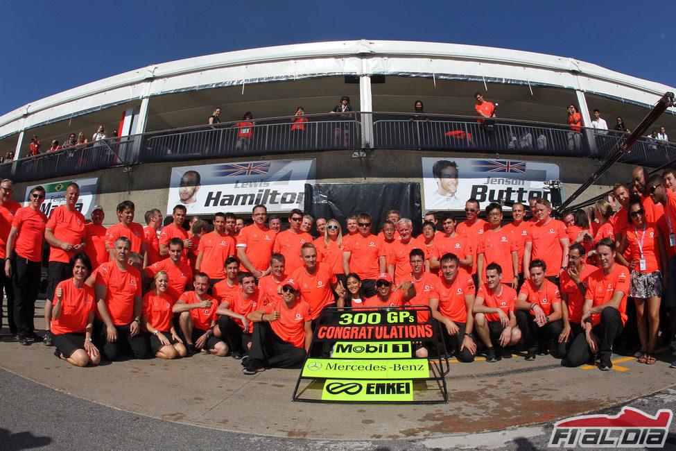 Victoria de McLaren en su 300 Gran Premio junto a Mercedes-Benz