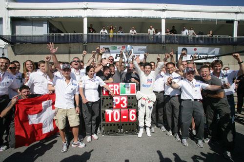 Sergio Pérez celebra el podio con todo el equipo