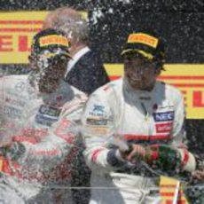 Sergio Pérez y Lewis Hamilton en el podio de Canadá