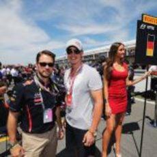 El actor Jason Priestley, el esquiador Erik Guay y la 'pitbabe' de Sebastian Vettel