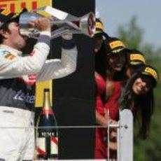 Sergio Pérez bebe champán con el trofeo en Canadá