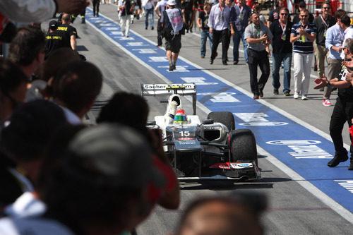 Sergio Pérez regresa al 'pit lane' tras la carrera de Canadá