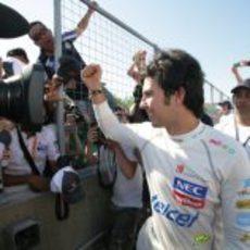 Sergio Pérez saluda a los aficionados tras su podio en Canadá