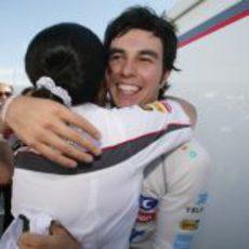 Sergio Pérez se abraza con Monisha Kaltenborn