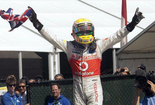 Lewis Hamilton celebra su victoria con la bandera de Gran Bretaña