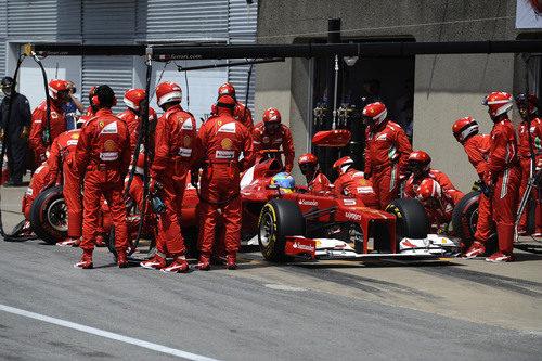 Fernando Alonso realiza una parada en Montreal