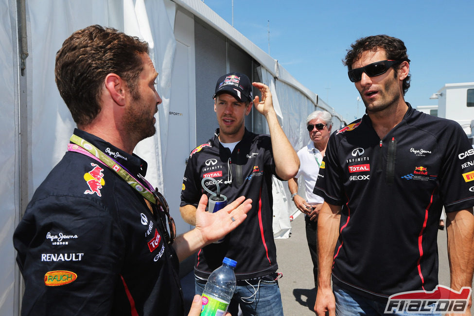 Jason Priestley saluda a los chicos de Red Bull