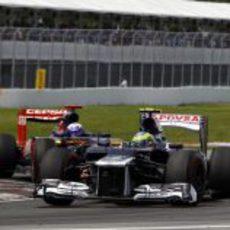 Bruno Senna mantiene posición por delante de un Toro Rosso