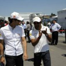 Pedro de la Rosa y Narain Karthikeyan se dirigen al 'paddock' de Montreal