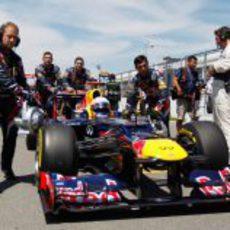 Sebastian Vettel avanza hacia la pole