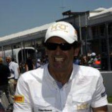 Pedro de la Rosa sonriente durante el 'driver's parade'