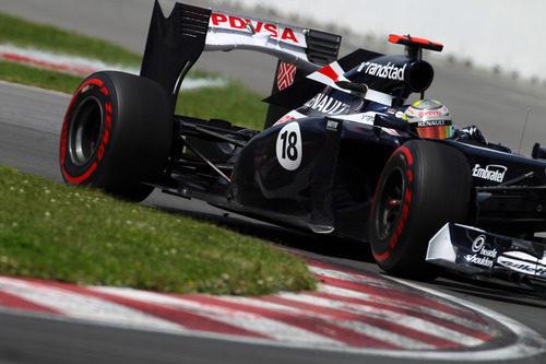 Pastor Maldonado coge una curva en el circuito Gilles Villeneuve