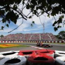 Sebastian Vettel pasa por la horquilla del Gilles Villeneuve