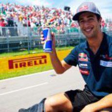 Daniel Ricciardo saluda al público en Canada