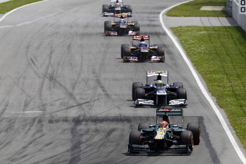 Heikki Kovalainen rueda por delante de sus rivales