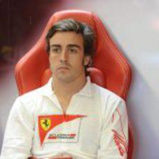 Fernando Alonso tranquilo en el box de Ferrari