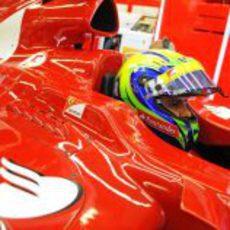 Felipe Massa se concentra en el cockpit