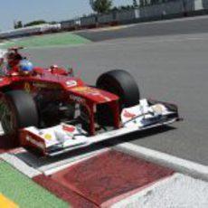 Fernando Alonso pasa muy cerca de los muros