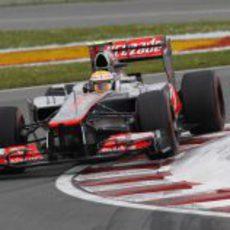 Lewis Hamilton pasa por la complicada última chicane del Gilles Villeneuve