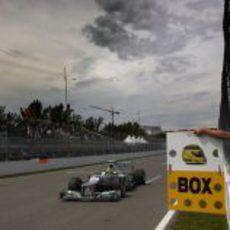 Nico Rosberg pasa por la línea de meta en el Gilles Villeneuve