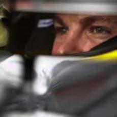 Nico Rosberg, en el espejo de su Mercedes W03