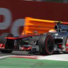 Lewis Hamilton sale de una curva en Montreal