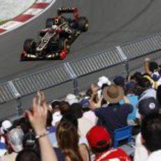 Kimi Räikkönen pasa junto a una de las gradas en Montreal