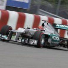 Michael Schumacher pasa cerca del muro en Montreal
