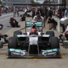 Michael Schumacher practica los 'pit stops' en los Libres 3