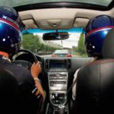 David Coulthard conduce por las calles de Port Imperial