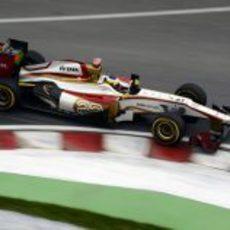 Pedro de la Rosa coge una curva en el circuito Gilles Villeneuve