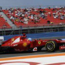 Fernando Alonso ante las gradas casi vacías del Valencia Street Circuit