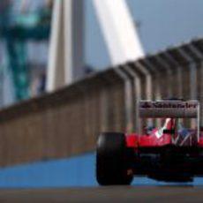 Fernando Alonso rueda en el circuito de Valencia