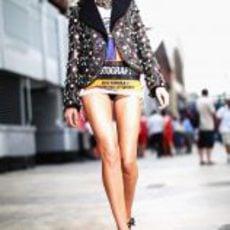 Chica con vestido muy corto en el 'paddock' de Valencia