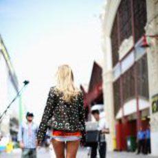 Modelo rubia de largas piernas en el 'paddock' de Valencia