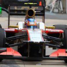 Narain Karthikeyan pasa por el 'pit lane' en Valencia