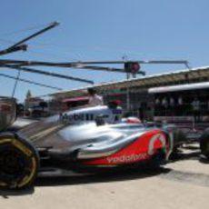Jenson Button sale de boxes durante la clasificación del GP de Europa