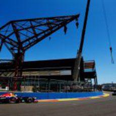 Sebastian Vettel rueda junto al puerto de Valencia