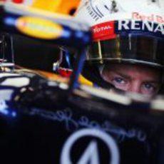 Sebastian Vettel concentrado en su box durante la clasificación