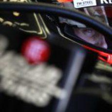 Romain Grosjean se concentra antes de salir a la pista