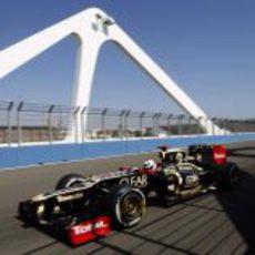 Kimi Räikkönen pasa sobre el puente del Valencia Street Circuit