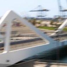 Un Lotus sobre el puente del Valencia Street Circuit