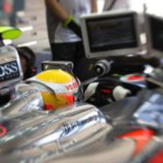 Lewis Hamilton observa las pantallas desde su monoplaza