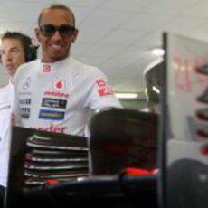 Lewis Hamilton, sonriente en el box de McLaren