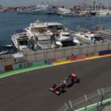 Lewis Hamilton rueda sobre el asfalto del Valencia Street Circuit