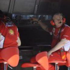 Pat Fry observa la pista desde el muro de Ferrari